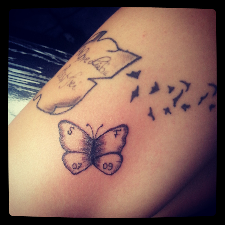 pin cat initialen mit schmetterlingen tattoos von tattoo